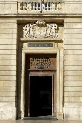 Hôtel de ville - Français:   Hôtel de ville - Arles (France)   Porte d\'entrée, côté place de la République