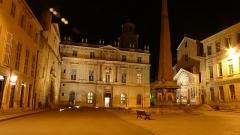 Hôtel de ville - Français:   Place de la République à Arles. Église Sainte-Anne (ga.), hôtel-de-ville (ce.), Obélisque (ce.), église  Saint-Trophime (dr.)