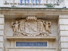 Hôtel de ville - Blason au dessus de l'entrée de l'hotel de ville d'Arles (13)
