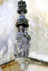 Immeuble - English: Statue - Arles