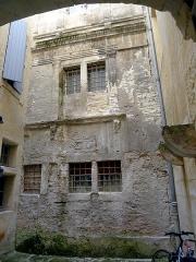 Immeubles - Français:   Rue du Palais,  immeuble n°7 MH - Arles (Bouches-du-Rhône, France)