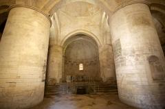 Nécropole des Alyscamps - Détail de l'église Saint-Honorat des Alyscamps à Arles. créée au XI ème siècle, elle a été construite par les moines de Saint-Victor de Marseille