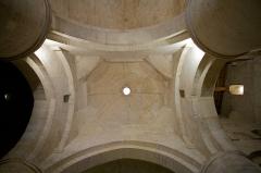 Nécropole des Alyscamps - Détail du lanternon (lanterne des morts) de l'église Saint-Honorat des Alyscamps à Arles