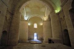 Nécropole des Alyscamps - Détail de l'église Saint-Honorat des Alyscamps à Arles. L'église est de style roman provençal.