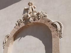 Château d'Albertas - Français:   Bas-relief situé au-dessus d\'une porte donnant dans la cour des Granges (Château d\'Albertas, Gémenos)