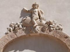 Château d'Albertas - Français:   Sculpture de Bacchus au-dessus d\'une porte donnant sur la cour des Granges ( Château d\'Albertas, Gémenos)