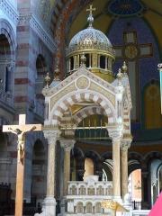 Cathédrale Sainte-Marie-Majeure, dite Nouvelle Major - A Marseille (Bouches-du-Rhône, France), intérieur de la cathédrale Sainte-Marie-Majeure ou nouvelle Major par opposition à l'ancienne cathédrale romane juste à côté, au centre de la croisée du transept ciborium au dôme en bronze soutenu par quatre colonnes en onyx de Tunis.
