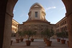 Chapelle et hospice de la Vieille Charité - La cour de la Vieille Charité, au beau milieu du Panier, ouvre tranquillité et fraîcheur. Un havre de paix dans le brouhaha de la ville.