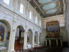 Eglise Sainte-Madeleine de l'Ile - Français:   A Martigues (Bouches-du-Rhône, France), dans le quartier de l\'Île, intérieur de l\'église La Madeleine, côté nord de la nef vu depuis le chœur.