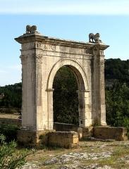 Pont Flavien - Nederlands: Le pont Flavien te Saint-Chamas, Bouches-du-Rhône, Provence-Alpes-Côte d'Azur, Frankrijk. Romeinse brug uit de Ie eeuw v.C. De foto toont de boog aan de zuidoost kant.