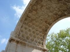 Arc de triomphe - Français:   Vue de l\'intérieur de la voute de l\'arc de triomphe de Glanum