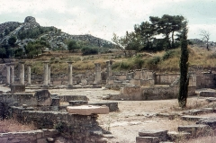 Fouilles de Glanum -   House said of the antes (peristyle formed by columns capped with a Corinthian capital), along the Roman road that runs through Glanum.
