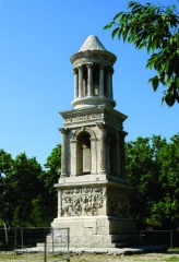 Mausolée dit Tombeau des Jules - Nederlands: Het mausoleum van Glanum - te Saint-Rémy-de-Provence, Bouches-du-Rhône, Provence-Alpes-Côte-d'Azur - dateert van bij de aanvang van de Ie eeuw v. C. en werd opgericht ter herinnering aan twee kleinzonen van keizer Augustus. Dit bijzonder goed bewaarde bouwwerk met zijn unieke architectuur markeerde - samen met de nabij gelegen triomfboog (beide gemeenzaam Les Antiques genoemd) -  de toegang tot de antieke stad Glanum.
