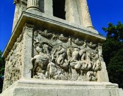 Mausolée dit Tombeau des Jules - Nederlands: Eén van de vier reliëfs van het onderste gedeelte van het mausoleum van Glanum - in feite een cenotaaf -  uit de aanvang van de Ie eeuw v. C., te Saint-Rémy-de-Provence, Bouches-du-Rhône, Provence-Alpes-Côte-d'Azur. De beeltenissen stellen mythologische taferen voor die niet helemaal verklaard zijn.
