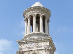 Mausolée dit Tombeau des Jules - Français:   Vue du sommet du mausolée de glanum