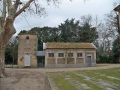 Domaine du château d'Avignon - Près des Saintes-Maries-de-la-Mer (Bouches-du-Rhône, France), en Camargue, château d'Avignon (édifice classé Monument Historique)