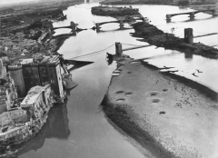Pont ancien - English: Allied airmen destroyed these bridges over the Rhone River, at Tarascon in southern France, to hamper the German retreat. Islets in the river are pock-marked with bomb craters.