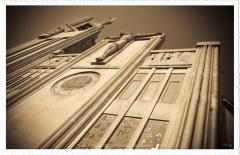 Eglise Saint-Louis - Français:   Eglise St Louis, XV° arrondissement de Marseille - France -  Image en contre plongée présentant le monument avec une dynamique vers le ciel, vers dieu dont elle est la maison. On peut distinguer clairement l\'ange Gabriel au dessus du clocher portant la couronne d\'épines du Christ. On distingue également le Christ sur la croix sur toute la largeur de mur d\'entrée. Juste au dessous apparait l\'inscription: L\'amour est plus fort que la mort.  J\'ai choisi de traiter l\'image \