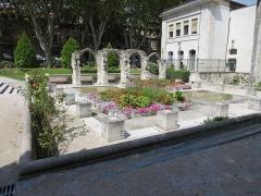 Eglise Saint-Martial, devenue Temple Protestant - Deutsch: Avignon, Ruines du cloître Saint-Martial dans le square Agricol Perdiguier