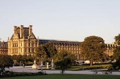 Immeuble -  Le palais du Louvre à Paris.