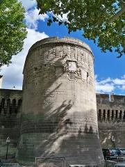 Remparts et leurs abords - Français:   Une des tours ronde des remparts d\'Avignon (84)
