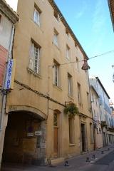 Immeuble - Français:   Immeuble rue de la Porte-de-Monteux de Carpentras porte, vantail (inscription)