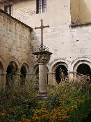 Ancienne cathédrale, puis église paroissiale Saint-Véran - Français:   Croix du cloître de la cathédrale Notre-Dame-et-Saint-Véran.