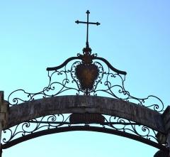 Hôpital-hospice - Français:   Hôpital-hospice de L\'Isle-sur-la-Sorgue chapelle, pharmacie, fontaine, jardin, cour, vestibule, escalier, portail, élévation, toiture (Classé Inscrit)