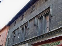 Immeuble - Français:   Détail de la Maison Raimbaut, 5 - 53 rue Carnot à l\'Isle sur la Sorgue (84)