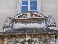 Immeuble - Français:   Linteau de la porte principale de l\'Hôtel particulier, rue Denfert Rochereau à L\'Isle sur la Sorgue (84)