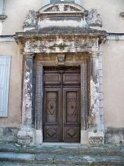 Immeuble - Français:   Porte principale de l\'Hôtel particulier, rue Denfert Rochereau à L\'Isle sur la Sorgue (84)