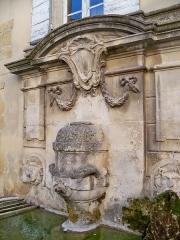Fontaine publique - Français:   Fontaine publique à Lourmarin (84)