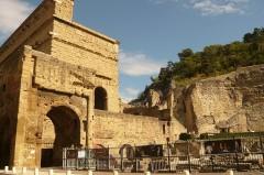 Amphithéâtre (temple dans un hémicyle précédé d'un nymphée) - English: Roman Theatre of Orange, France