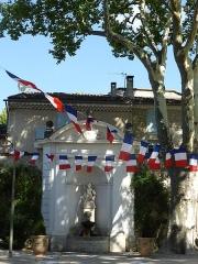 Fontaine de l'Hôtel de ville - Français:   Fontaine (pavoisée) de l\'Hôtel de ville de Pernes les Fontaines