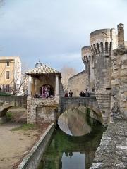 Porte Notre-Dame, pont qui la précède ainsi que la chapelle et l'auvent couvert - Français:   Porte Notre-Dame (Classé)