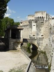Porte Notre-Dame, pont qui la précède ainsi que la chapelle et l'auvent couvert - Français:   Porte Notre-Dame de Pernes les Fontaines