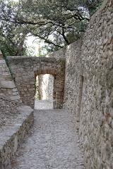 Tour de l'Horloge, dit aussi ancien château des comtes de Toulouse - Français:   Chemin d\'accès à la tour de l\'Horloge de Pernes-les-Fontaines (Vaucluse, France).