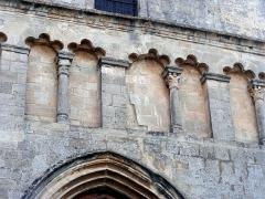 Eglise paroissiale Notre-Dame-de-Pitié - Français:   Saignon, Vaucluse. Noter le décrochement dans la façade.