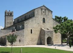 Ancienne cathédrale et cloître - Nederlands: Kathedraal Notre-Dame de Nazareth, Vaison-la-Romaine, Vaucluse, Provence-Alpes-Côte d'Azur. Deze kerk uit de XIde eeuw met aanhorend klooster, opgetrokken op de plaats van vroegchristelijke bouwwerken en aangepast tijdens de eeuw nadien, is een mooi voorbeeld van provençaals-romaanse architectuur.