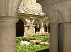 Ancienne cathédrale et cloître - Nederlands: Het klooster van Vaison-la-Romaine - Vaucluse, Provence-Alpes-Côte d'Azur. Dit klooster vormt één complex met de kathedraal van de stad (XIde eeuw). Van het klooster resten slechts de vier galerijen rond de kloostertuin: drie (XIIde en XIIIde eeuw en hersteld in de XVIIde eeuw) en één - deze van de zuidoost-kant - herbouwd in de XIXde eeuw terwijl de drie andere toen ook grondig gerestaureerd werden. De oorsprong van dit klooster gaat terug tot de Xde eeuw, maar was aan herbouwing toe in de tweede helft van de XIIde eeuw na de bevolen plundering van de stad door de graaf van Toulouse.