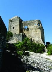 Château (ruines) et rocher qui les porte - Nederlands:   Het Château des Comtes de Toulouse te Vaison-la-Romaine, Vaucluse, Provence-Alpes-Côte d\'Azur. De burcht werd gebouwd eind XIIe eeuw (1195) en dit niettegenstaande de forse tegenwerking van het toenmalig episcopaat.