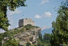 Château (ruines) et rocher qui les porte - Français:   Château du XVe siècle de Vaison-la-Romaine, avec le mont Ventoux en fond (Vaucluse, région PACA, France)