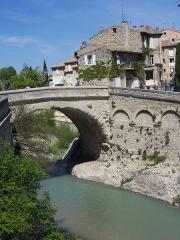 Mur romain bordant la rivière de l'Ouvèze en amont de la passerelle (restes) - English: bridge of vaison-la-romaine