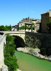 Pont romain - Nederlands:   De Romeinse brug te Vaison-la-Romaine - Vaucluse, Provence-Alpes-Côte d\'Azur - werd gebouwd in de Ie eeuw n. C. Ze vormt nu de verbinding, over de Ouvèze, tussen de hedendaagse stad en het middeleeuwse gedeelte.