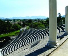Théâtre romain - Nederlands: Het Romeins theater op de archeologische site op de heuvel van Puymin, Vaison-la-Romaine, Vaucluse, Provence-Alpes-Côte d'Azur.  Het antiek theater dateert uit de Ie eeuw n.C.(rond het jaar 20, bij de aanvang van het bewind van keizer Tiberius).