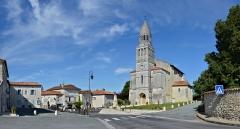 Eglise Saint-Pierre-aux-Liens - Français:   Église (XIIe et XVe siècles, rénovée au XIXe) et centre du village, Allemans, Dordogne, France.
