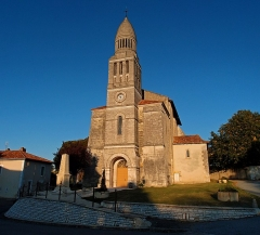 Eglise Saint-Pierre-aux-Liens - This building is indexed in the Base Mérimée, a database of architectural heritage maintained by the French Ministry of Culture,under the reference PA00082318 .