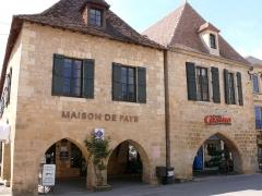 Maison à cornière - Français:   Beaumont-du-Périgord - 16 (à gauche) et 14 (à droite) place Jean-Moulin - Cornière ouest: les deux cornières subsistantes.