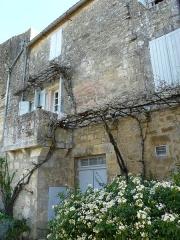 Maisons - Français:   Fortifications de Beaumont-du-Périgord - Remparts du côté ouest (rue Féliciane) englobés dans les maisons. Ici, la maison correspondant au 10 rue Ratier.