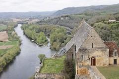 Eglise de Beynac -  La Dordogne et l'église de Beynac vues depuis le château de Beynac, Beynac-et-Cazenac, Dordogne, France.